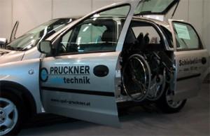 Auf der Messe REHA-LIFE vom 23. bis 24. Juni 2004 von der Firma Pruckner ausgestelltes behindertengerecht umgebautes Fahrzeug. Es hat eine automatische Schiebetür und einen Kran, der den Rollstuhl ins Wageninnere zieht.