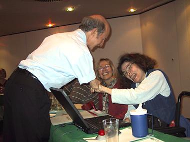 Vom 11. bis 13. Oktober 2004 veranstaltete BIZEPS in Wien einen Peer Counseling Kurs. Man sieht wie der Trainer einer Teilnehmerin gratuliert und die Hand gibt.