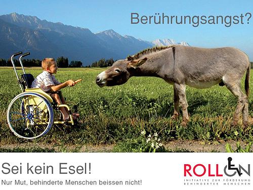 Berührungsangst? Sei kein Esel! Nur Mut, behinderte Menschen beissen nicht.  Man sieht ein behindertes Kind in einem Rollstuhl, das einem Esel eine Karotte hinhält.
