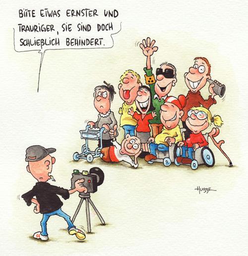 Ein Fotograf bereitet sich für ein Gruppenbild von Menschen mit unterschiedlichen Behinderungen vor. Sie lächeln ihn an. Darauf meint er: Bitte etwas ernster und trauriger, sie sind doch schließlich behindert.  Der Cartoon ist aus dem neuen Buch {Das Leben des Rainer - Behinderte Cartoons 3 http://www.amazon.de/exec/obidos/ASIN/3830332335/bizepsinfo-21} von Phil Hubbe. ({Siehe Artikel http://www.bizeps.or.at/news.php?nr=9850})