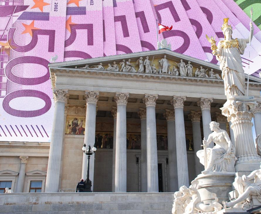Viele 500 Euro Geldscheine und das Parlament