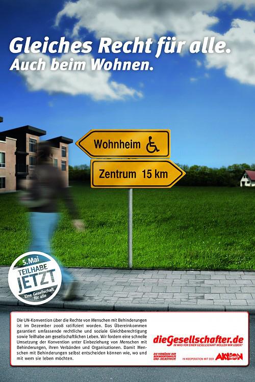 Auch beim Wohnen. Zwei Straßenschilder: Behindertenwohnheim nach links und Zentrum nach rechts Teilhabe jetzt – Eine Gesellschaft für alle