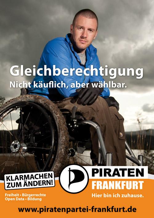 Das Wahlplakat der {Piratenpartei Frankfurt http://www.piratenpartei-frankfurt.de} zur Kommunalwahl in Frankfurt wird im Februar und März 2011 plakatiert sein.  Der Slogan lautet Gleichberechtigung - Nicht käuflich, aber wählbar. und man sieht einen Rollstuhlfahrer mit verschlammten Reifen in einem All-terrain Rollstuhl.