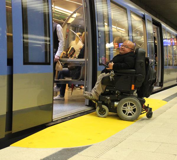 Um Rollstuhlfahrerinnen und Rollstuhlfahrern die Nutzung der U-Bahn zu erleichtern testet die Münchner Verkehrsgesellschaft (MVG) an den Bahnsteig montierte gelbe Kunststofframpen. ({Siehe Artikel http://www.bizeps.or.at/news.php?nr=15116})