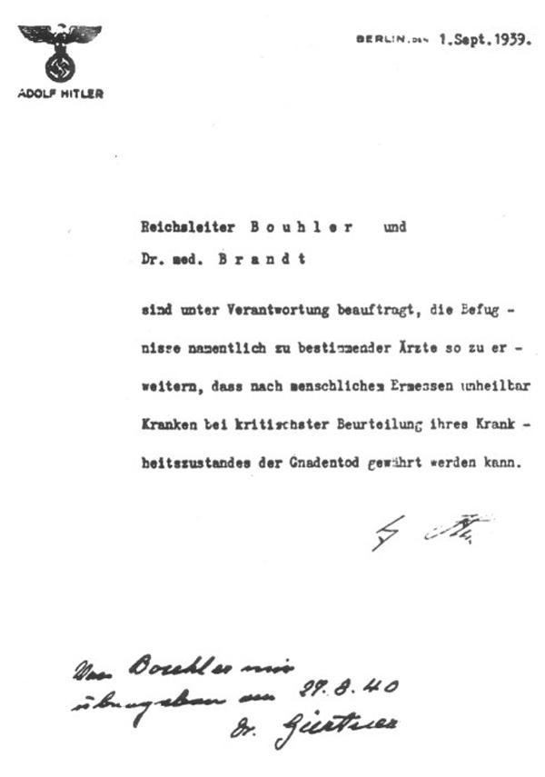 Der Text des Erlasses, den Adolf Hitler unterschrieben hatte: Reichsleiter Bouhler und Dr. med. Brandt sind unter Verantwortung beauftragt, die Befugnisse namentlich zu bestimmender Ärzte so zu erweitern, dass nach menschlichem Ermessen unheilbar Kranken bei kritischster Beurteilung ihres Krankheitszustandes der Gnadentod gewährt werden kann.