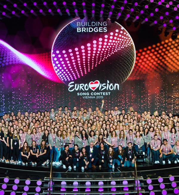 Das Bild zeigt rund 500 der Volunteers des Eurovision Song Contest auf der Bühne; darunter auch Mag. Karin Ofenbeck, die {vom Song Contest berichtet hat https://www.bizeps.or.at/news.php?nr=15692}; {Bild noch größer https://www.flickr.com/photos/bizeps/17383029244/}.