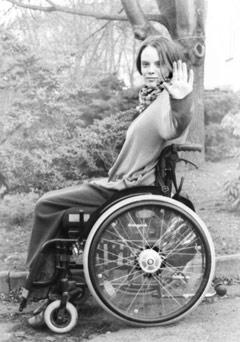 Rollstuhlfahrerin wehrt ab
