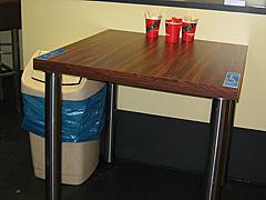 Rollstuhlgerechter Tisch in einer Anker-Filiale
