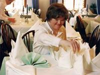 Behinderte Frau arbeitet im Restaurant