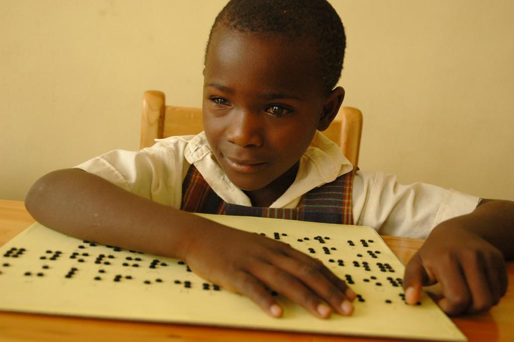 achtjähriges blindes Mädchen in Ruanda lernt Braille lesen