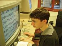 Sehbehinderter Schüler mit Zoomsoftware