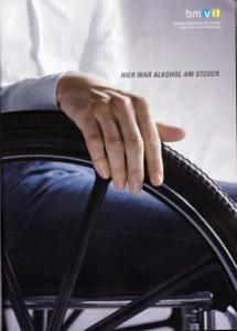 Plakat: Hier war Alkohol am Steuer (Bild: Rollstuhlfahrer)