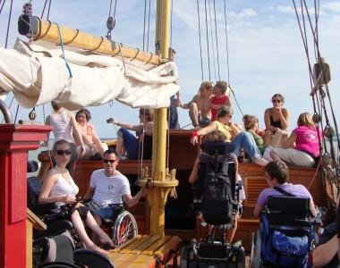 Gruppe von Rollstuhlfahrern auf Boot