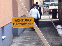 Schild mit der Aufschrfit: Achtung Dachlawinen
