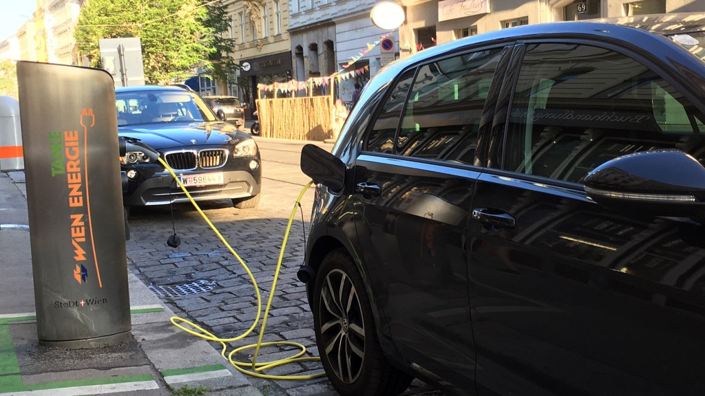 Elektrofahrzeug an Elektrotankstelle