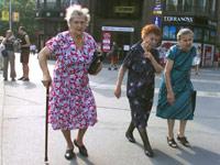 Alte Frauen in der Fußgängerzone