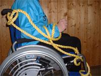 An den Rollstuhl gefesselt