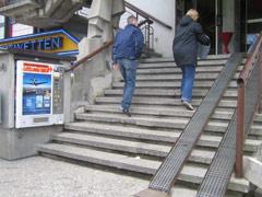 Stiegenaufgang mit unbenützbaren Geländer