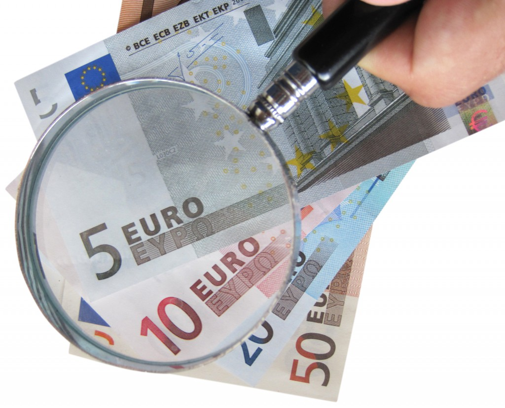 Durch Lupe Euro-Scheine betrachten