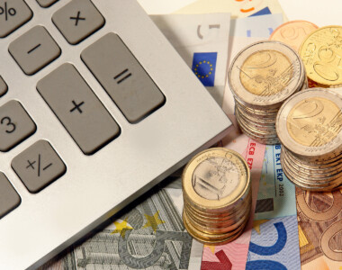 Taschenrechner, daneben Euros