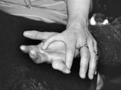 Zwei Hände unterschiedlicher Personen übereinander