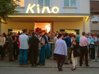 Menschen vor einem Kino
