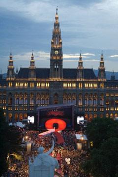Life Ball vor dem Wiener Rathaus