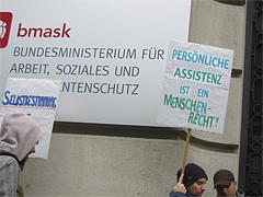 Demonstration vor dem Sozialministerium
