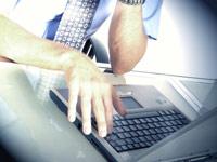 Person schreibt am Computer