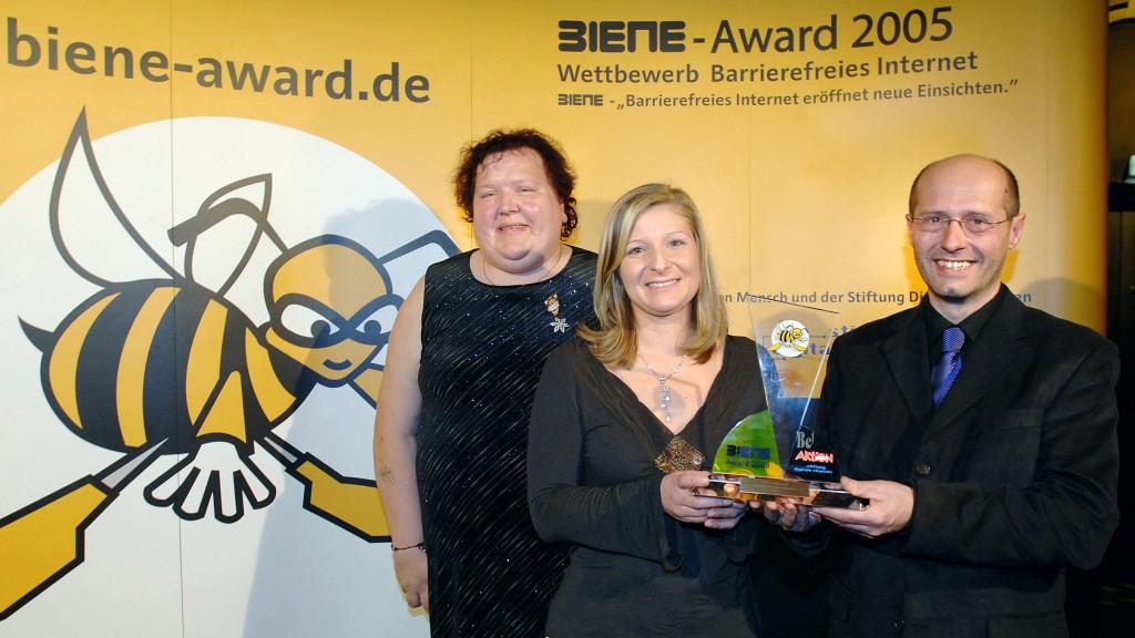 Petra Groß überreicht Elke Mayer, Johannes Reiss BIENE-Preis