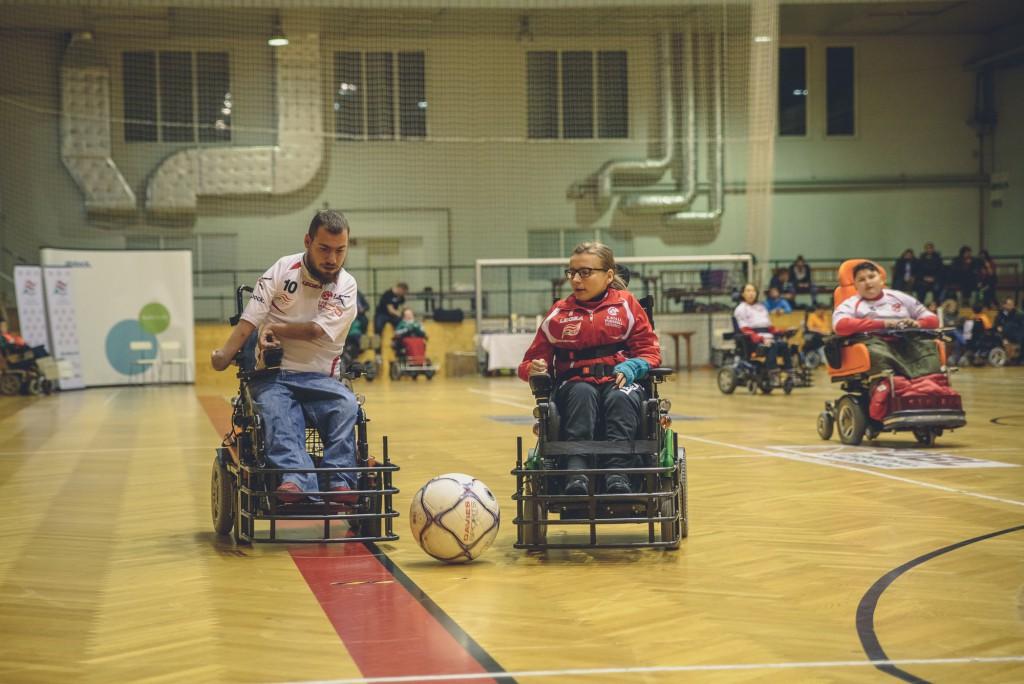 Iljas Jusic und Jasna Puskaric spielen E-Rolli Fußball