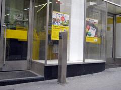 Zwei Eingänge ins Postamt - einer mit und einer ohne Stufe