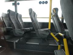 Rollstuhlplatz in einem Postbus wurde mit Sitzen verbaut