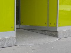 abgeschrägter Eingang einer Raiffeisenbank