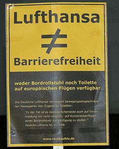 Schild mit: Lufthansa (ist nicht) Barrierefreiheit