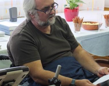 Erwin Riess bei der Lesung im BIZEPS 20120508