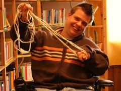 Symbolbild zu:  An den Rollstuhl gefesselt / Person befreit