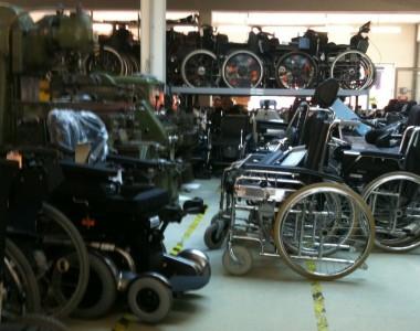 Lager mit vielen Rollstühlen