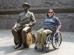 Roosevelt Statue (im Rollstuhl), daneben Brigitte Haberstroh