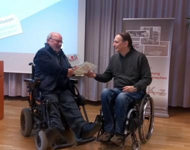 Ernst Kocnik gibt Volker Schönwiese Herbert-Kaiser-Preis