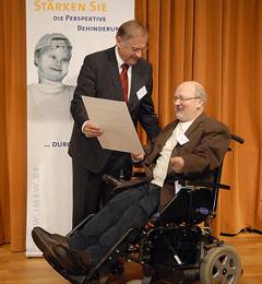 Robert Antretter überreicht Volker Schönwiese den Preis