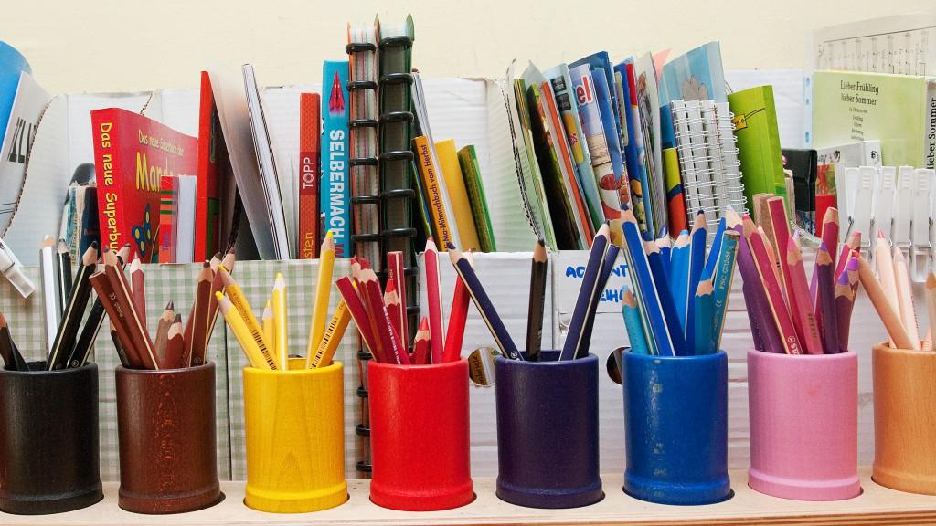Buntstifte und Hefte in der Schule