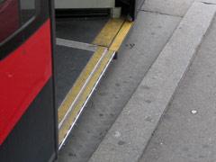 Spalt zwischen Gehsteig und Niederflurstraßenbahn