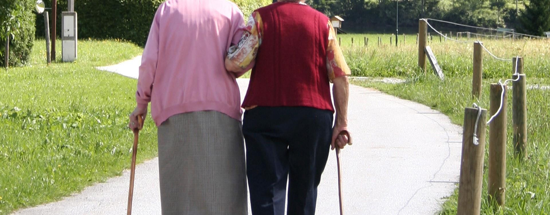 Zwei alte Frauen unterwegs im Park