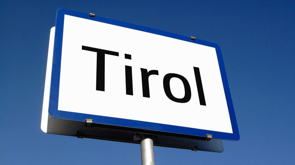 Ortschild mit Aufdruck Tirol