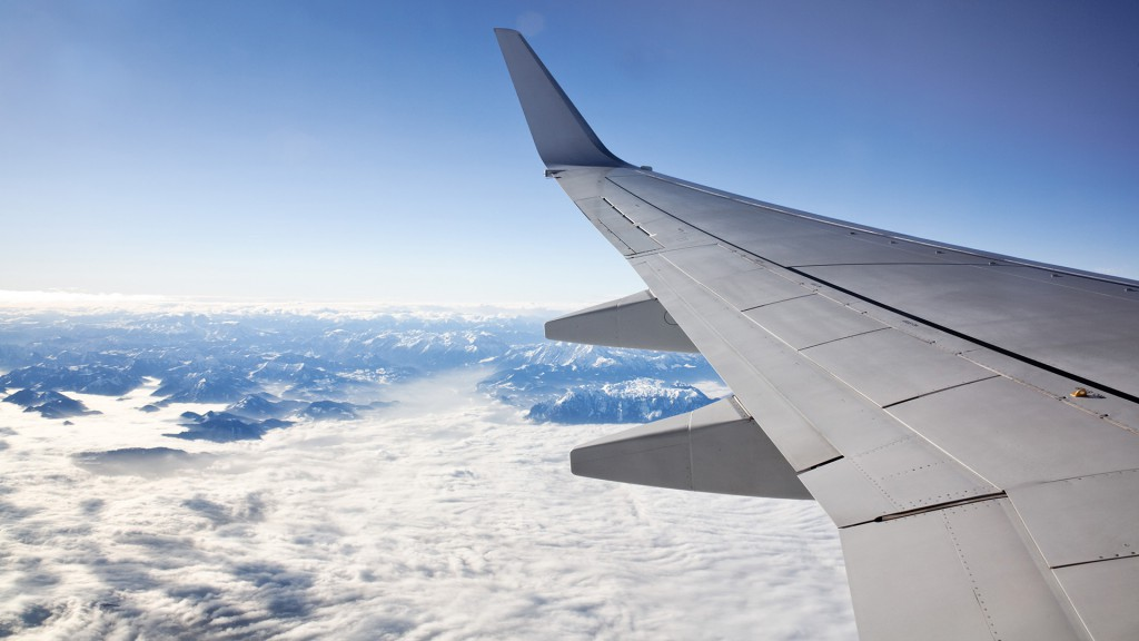 Flugzeug vor Wolken