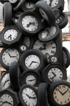 Skulptur mit Uhren