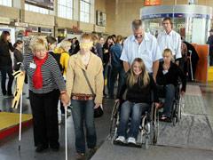 Nichtbehinderte Menschen üben mit Hilfsmitteln