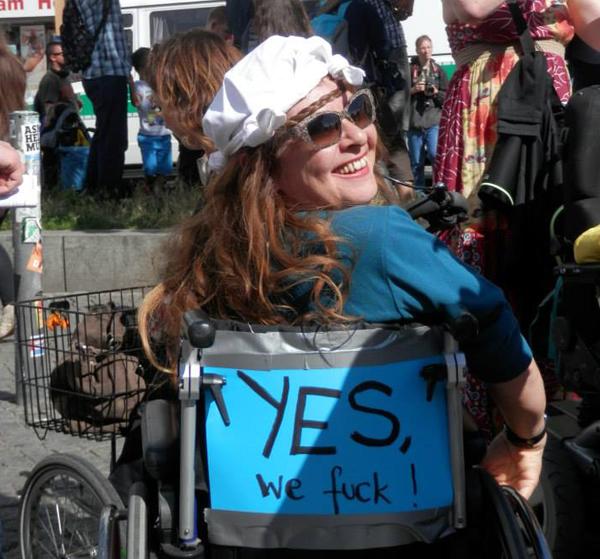 Vera Rebl mit Plakat: Yes we fuck!