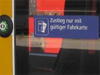 Wagentür mi Text: Zustieg nur mit gültiger Fahrkarte